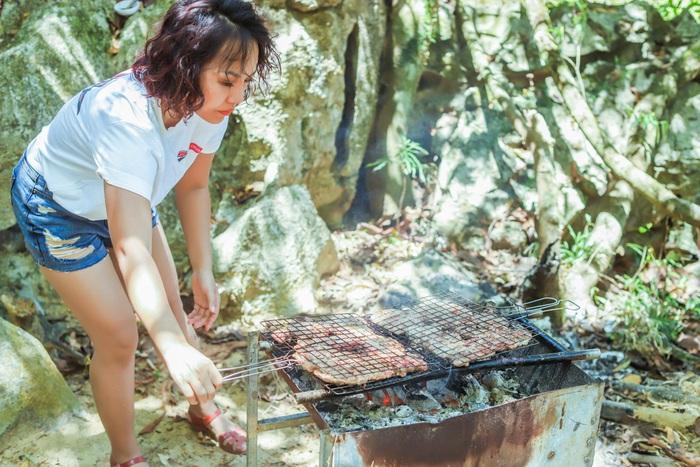 Thái Thùy Linh nướng thịt chuẩn bị cho món phở cuốn