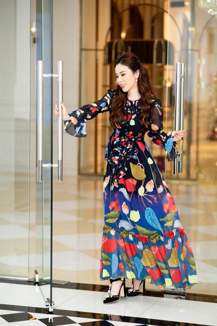 Váy họa tiết mềm mại của Peter Pilotto được Hoa hậu Hoàng Dung phối cùng giày cao gót ấn tượng của Dolce Gabana