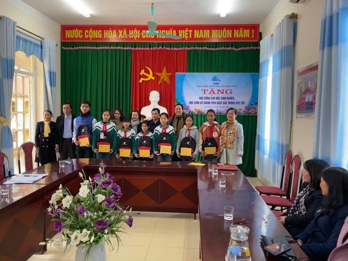 Phó Chủ tịch Hội LHPN Việt Nam; Phó Chủ tịch phụ trách Hội LHPN tỉnh; Hội LHPN huyện trao học bổng cho học sinh nghèo, học sinh có thành tích xuất sắc trong học tập tại huyện Sông Lô.