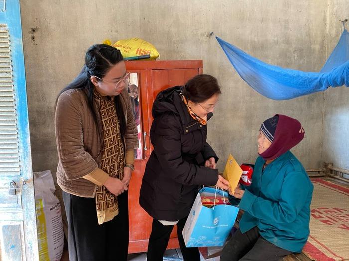 Phó Chủ tịch  Hội LHPN Việt Nam Trần Thị Hương và  lãnh đạo Hội LHPN tỉnh, Hội LHPN huyện tới thăm hỏi và trao quà tết cho phụ nữ nghèo, khuyết tật, phụ nữ có hoàn cảnh đặc biệt khó khăn trên địa bàn huyện Sông Lô.