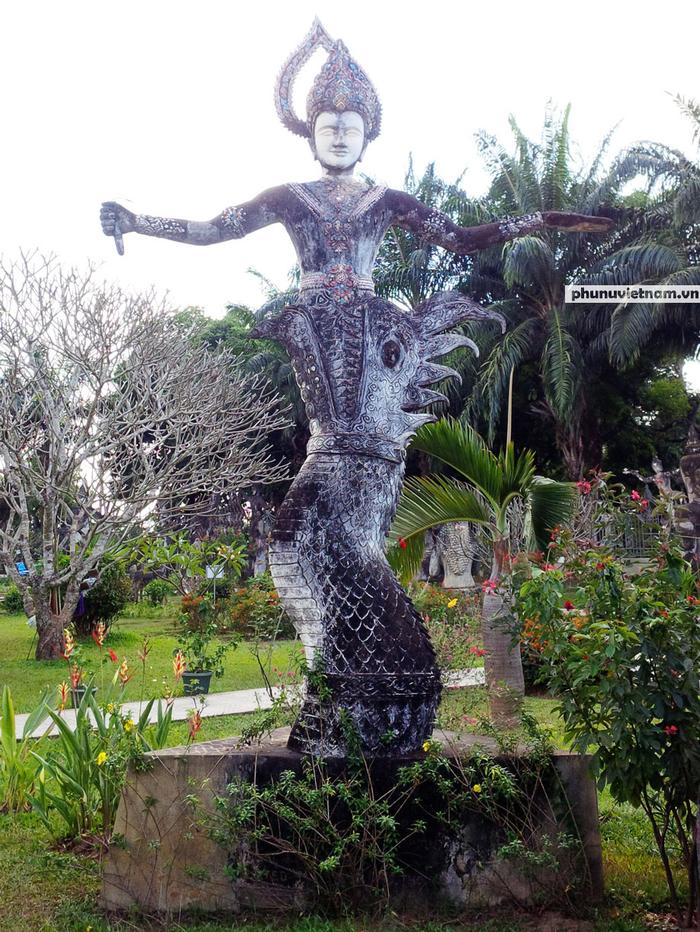 Độc đáo những bức tượng rắn trong chùa ở Viêng Chăn - Ảnh 2.