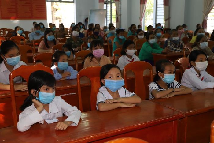 Các em học sinh vượt khó, có thành tích tốt trong học tập tại huyện Tân Biên