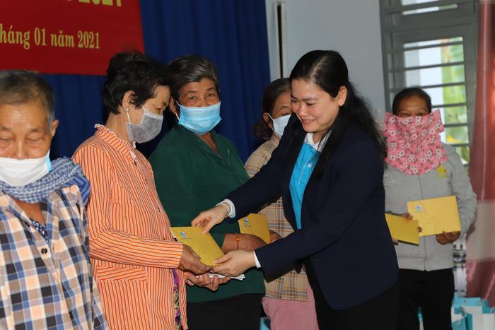 Phó Chủ tịch Đỗ Thị Thu Thảo trao quà cho các hộ nghèo, gia đình chính sách