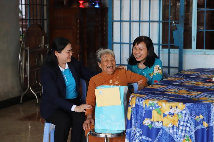 Niềm vui của Mẹ Việt Nam Anh hùng Nguyễn Thị Thùa tại thị trấn Tân Biên khi có đoàn công tác đến thăm hỏi