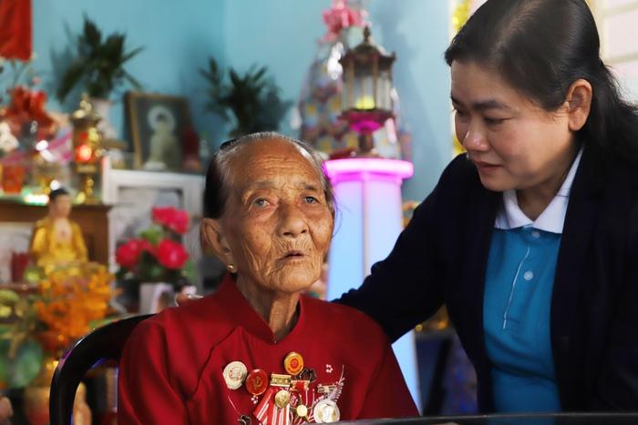 Mẹ Phạm Thị Hội  - 86 tuổi sống cùng con nuôi tại xã Thạnh Tây