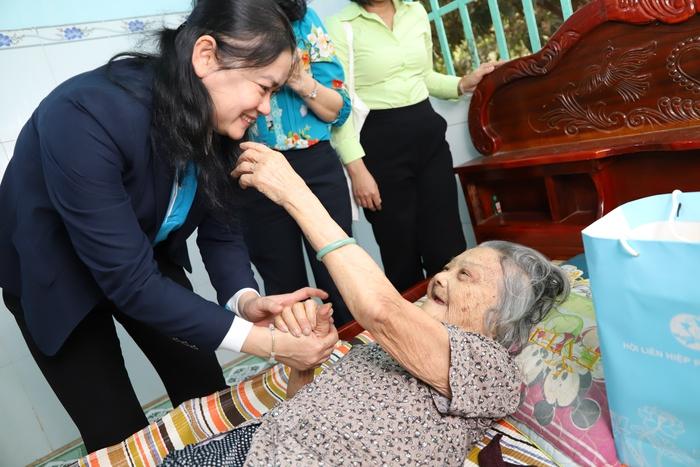 Mẹ Nguyễn Thị Ba tại xã Trà Vong  - 98 tuổi, dù trong người không được khỏe nhưng vẫn minh mẫn thể hiện niềm vui khi biết Phó Chủ tịch Đỗ Thị Thu Thảo là đồng hương Bến Tre