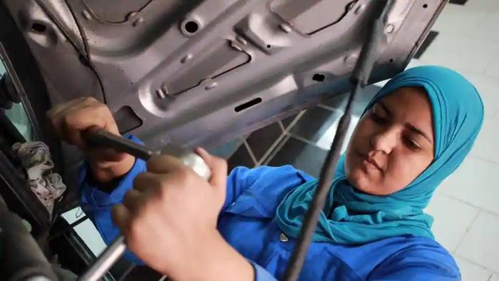 Cô gái 24 tuổi sửa chữa ô tô ở Ai Cập - Ảnh 2.
