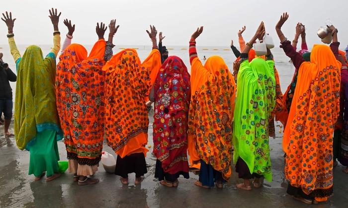 Hàng triệu người Ấn Độ hành hương tới sông Hằng giữa mùa Covid-19 - Ảnh 10.