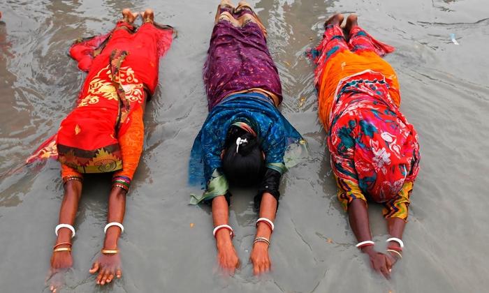 Hàng triệu người Ấn Độ hành hương tới sông Hằng giữa mùa Covid-19 - Ảnh 2.