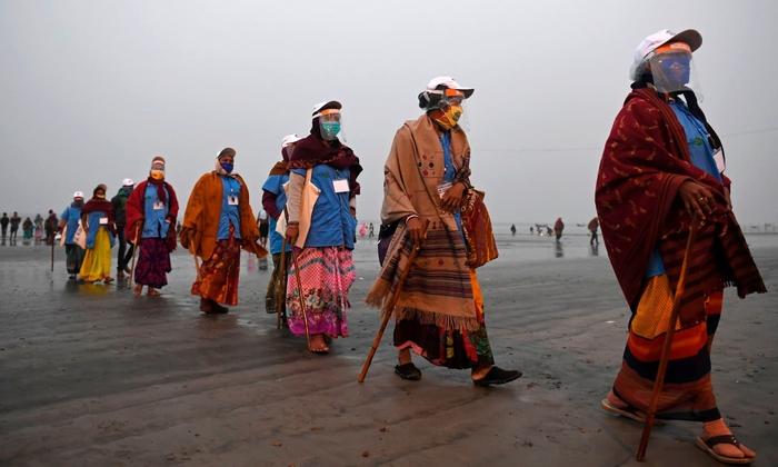Hàng triệu người Ấn Độ hành hương tới sông Hằng giữa mùa Covid-19 - Ảnh 13.