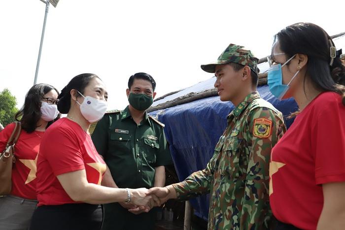 """Hội LHPN Việt Nam tiếp tục hành trình """"Tết yêu thương"""" ở Long An - Ảnh 6."""