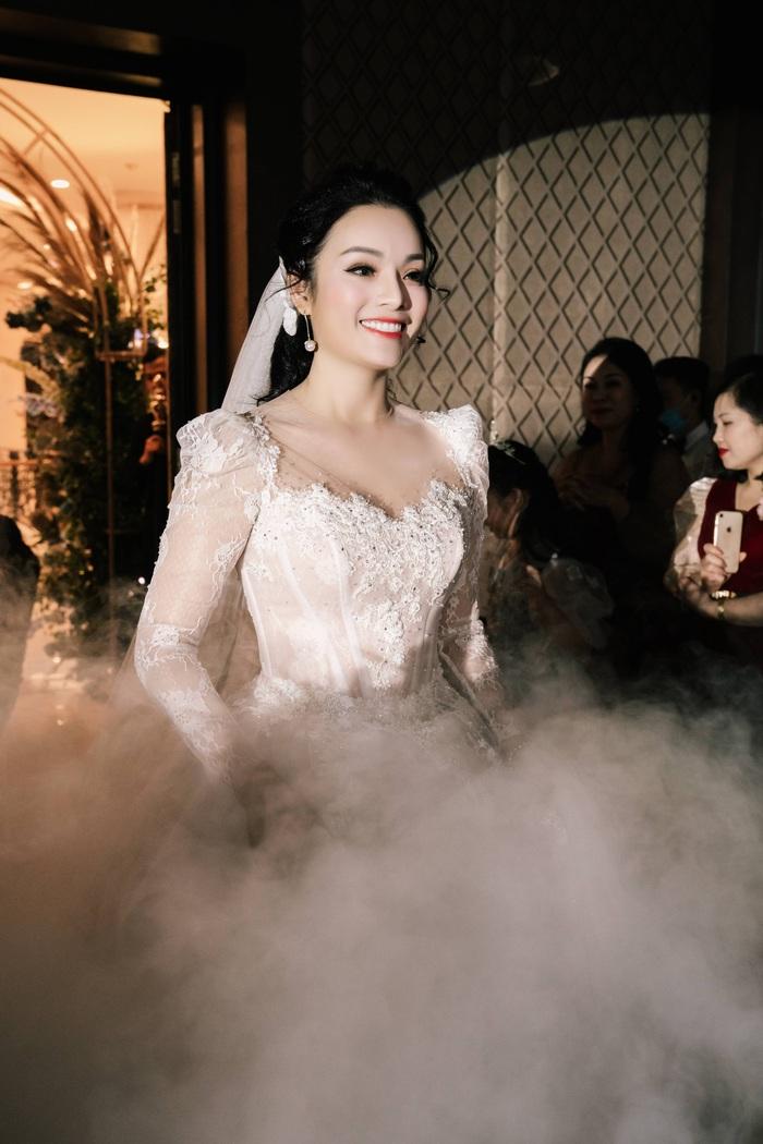 Ca sĩ Tân Nhàn bất ngờ kết hôn lần 2, giấu kín mặt chú rể - Ảnh 5.