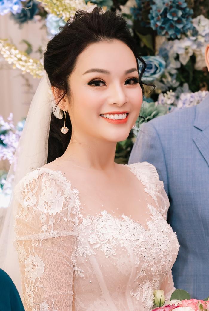 Ca sĩ Tân Nhàn bất ngờ kết hôn lần 2, giấu kín mặt chú rể - Ảnh 2.