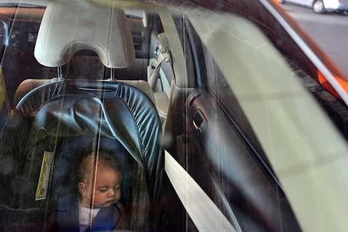 Tên trộm ô tô quay lại trả con và mắng người mẹ vì để con nhỏ một mình trên xe - Ảnh 1.