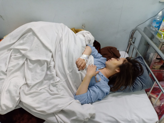 Đề nghị xử lý nghiêm vụ người phụ nữ đang bế con bị 2 thanh niên hành hung chấn động não - Ảnh 1.