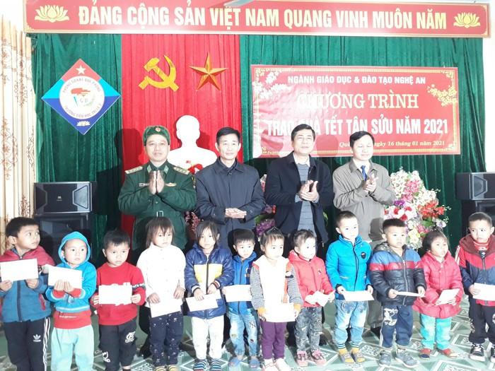 Tết sớm với giáo viên và học sinh vùng cao ở Nghệ An - Ảnh 1.