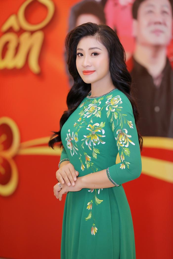 Sao Mai Bích Hồng diện áo dài hát nhạc xuân - Ảnh 4.