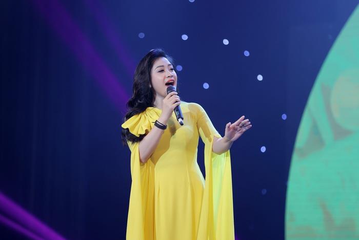Sao Mai Bích Hồng diện áo dài hát nhạc xuân - Ảnh 2.
