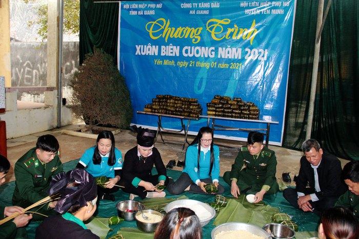 Phụ nữ Hà Giang trao áo ấm, nấu bánh chưng tặng quân nhân, hộ nghèo và học sinh - Ảnh 1.