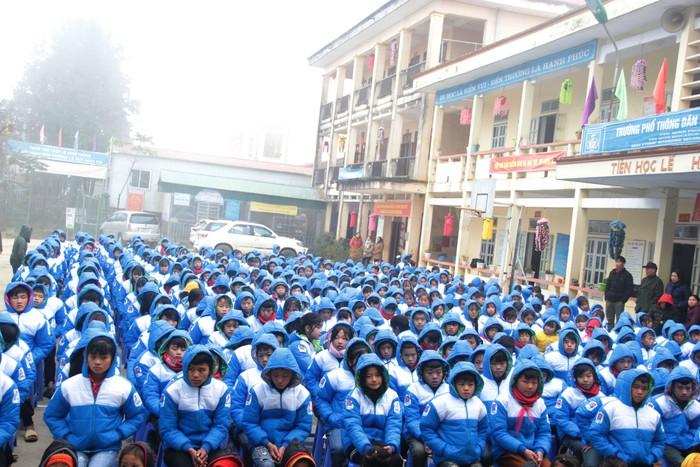 Phụ nữ Hà Giang trao áo ấm, nấu bánh chưng tặng quân nhân, hộ nghèo và học sinh - Ảnh 2.