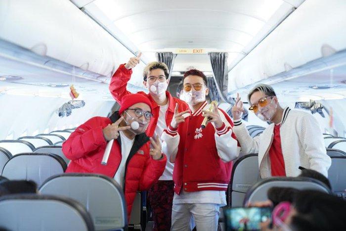 Các chàng trai Da LAB công bố ca khúc mới trên chuyến bay Vietjet - Ảnh 1.