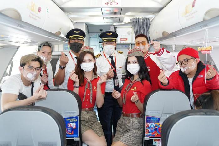 Các chàng trai Da LAB công bố ca khúc mới trên chuyến bay Vietjet - Ảnh 5.