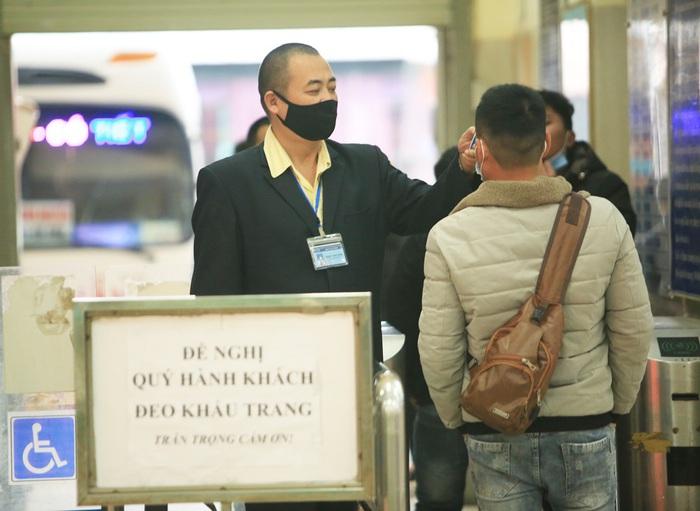 Chùm ảnh: Bến xe khách siết chặt phòng chống dịch COVID-19 - Ảnh 12.