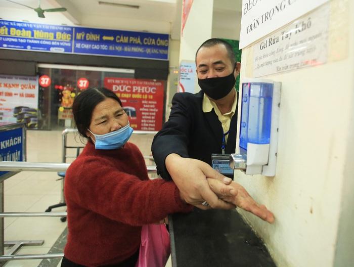 Chùm ảnh: Bến xe khách siết chặt phòng chống dịch COVID-19 - Ảnh 7.