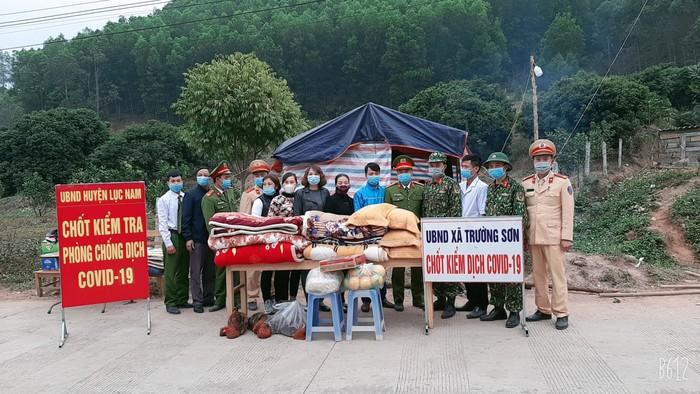 Phụ nữ Bắc Giang tham gia vệ sinh môi trường, tập trung phòng dịch - Ảnh 2.