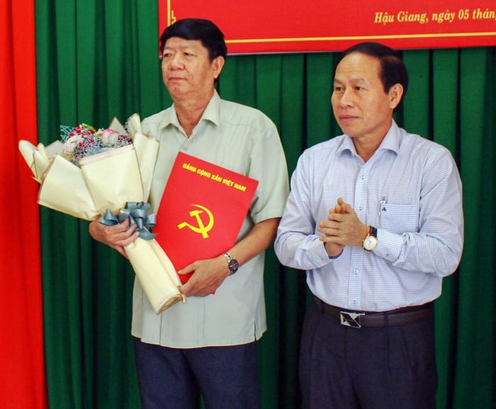 Bí thư Tỉnh ủy Lê Tiến Châu (phải) trao quyết định cho ông Lê Văn Tông. Ảnh: Trường Sơn