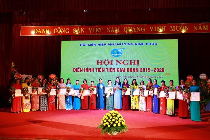 Tổ chức Hội nghị biểu dương điển hình tiên tiến các cấp tiến tới Đại hội thi đua yêu nước Hội LHPN Việt Nam lần thứ IV.