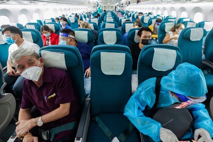 Hà Nội bỏ quy định cách ly tập trung với khách đi máy bay từ TP.HCM về - Ảnh 1.