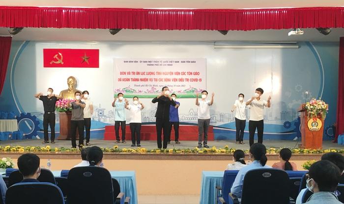 TPHCM đón 69 tình nguyện viên tôn giáo trở về - Ảnh 1.