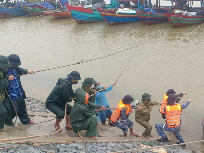 Các tỉnh Nghệ An, Hà Tĩnh chủ động ứng phó bão số 8 - Ảnh 1.