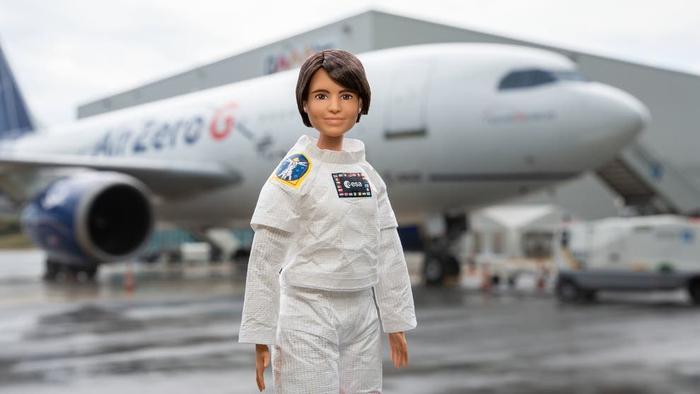 Búp bê Barbie được làm phi hành gia để truyền cảm hứng cho trẻ em gái theo đuổi STEM - Ảnh 2.
