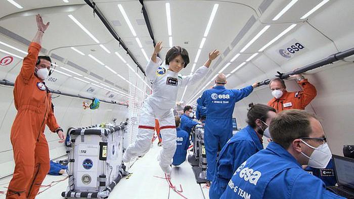 Búp bê Barbie được làm phi hành gia để truyền cảm hứng cho trẻ em gái theo đuổi STEM - Ảnh 1.