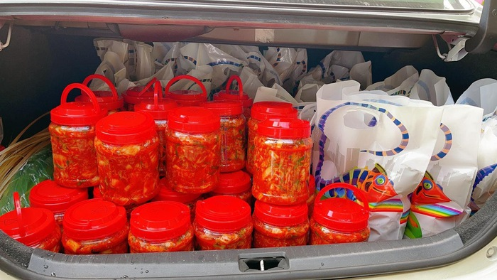 Cô gái Việt gói bánh chưng tặng đồng hương xa xứ ở Singapore - Ảnh 4.