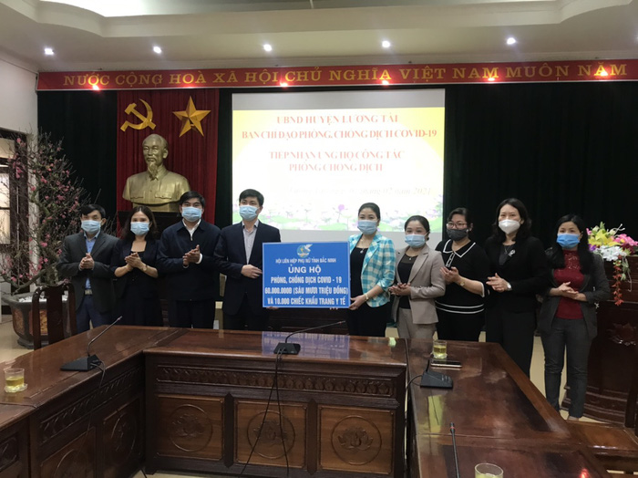 Hội LHPN tỉnh Bắc Ninh: Trao ủng hộ và thăm, tặng quà các chốt kiểm dịch huyện Lương Tài - Ảnh 1.