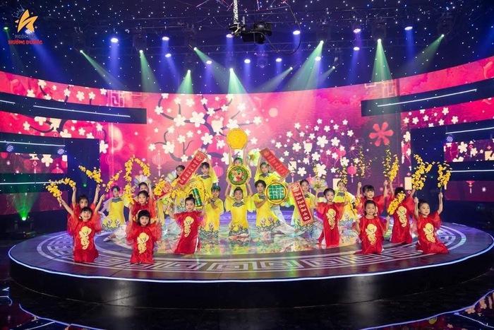 """Dịp Tết Nguyên đán 2021, CLB MiMi Kids là đơn vị biểu diễn trong chương trình """"Mùa xuân ước mơ"""" phát sóng Đài Truyền hình VTC. Với những nỗ lực và sáng tạo không ngừng, cô giáo 9x Lê Thị Luyến hứa hẹn còn mang nhiều cơ hội trải nghiệm cho các em nhỏ trong năm 2021"""