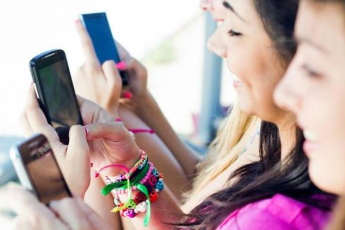 Tăng thời lượng sử dụng mạng xã hội làm tăng nguy cơ tự tử ở trẻ em gái - Ảnh 2.