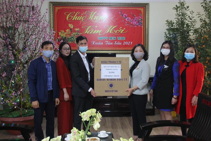 Hội LHPN tỉnh Bắc Giang trao tặng 5 nghìn khẩu trang y tế - Ảnh 1.