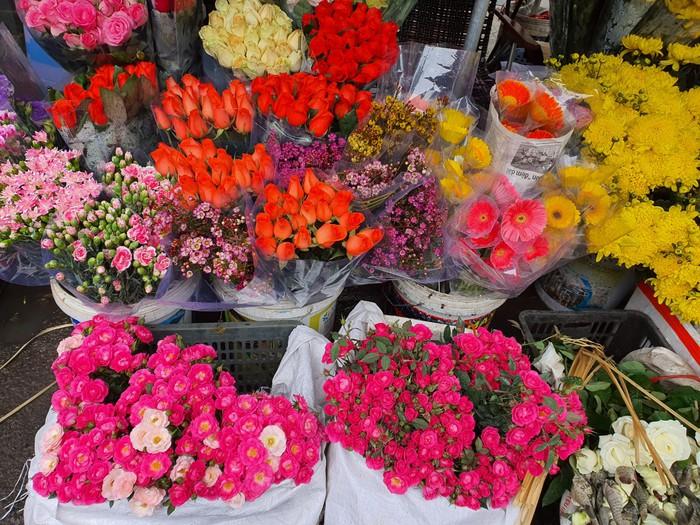 Rau xanh, hoa tươi ế ẩm, rớt giá mạnh sau Tết  - Ảnh 5.