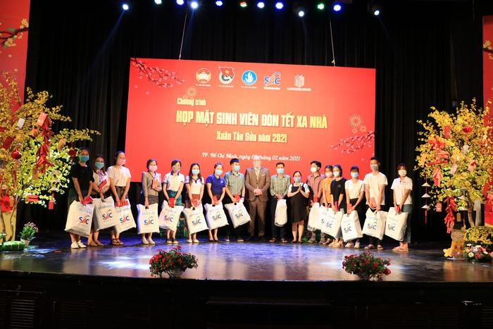 Tặng 2.000 phần quà cho sinh viên đón Tết xa nhà tại TPHCM - Ảnh 1.