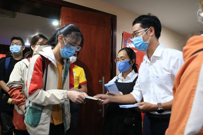 Tặng 2.000 phần quà cho sinh viên đón Tết xa nhà tại TPHCM - Ảnh 3.