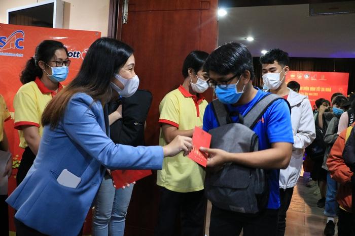 Tặng 2.000 phần quà cho sinh viên đón Tết xa nhà tại TPHCM - Ảnh 2.