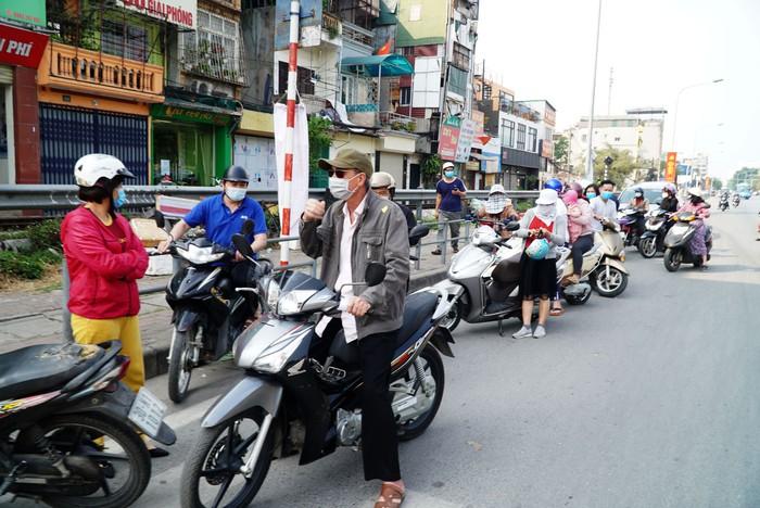 """Hà Nội: Chục tấn nông sản Hải Dương hết vèo, hàng trăm người đến """"giải cứu"""" phải quay trở về - Ảnh 9."""