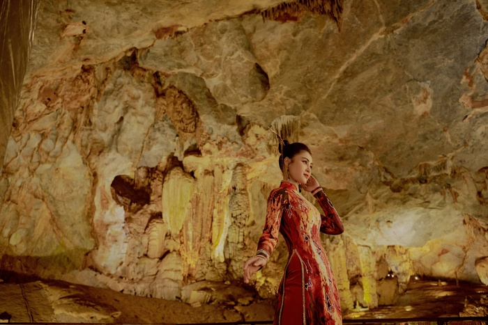Á hậu Lý Kim Thảo quảng bá di sản qua tà áo dài - Ảnh 1.