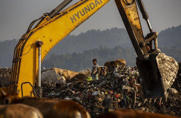 Cuộc sống thường ngày của một cậu bé nhặt rác ở Ấn Độ - Ảnh 10.