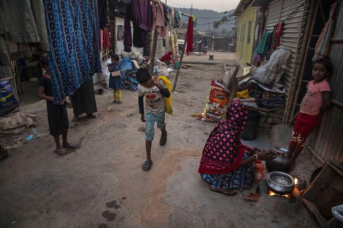 Cuộc sống thường ngày của một cậu bé nhặt rác ở Ấn Độ - Ảnh 11.