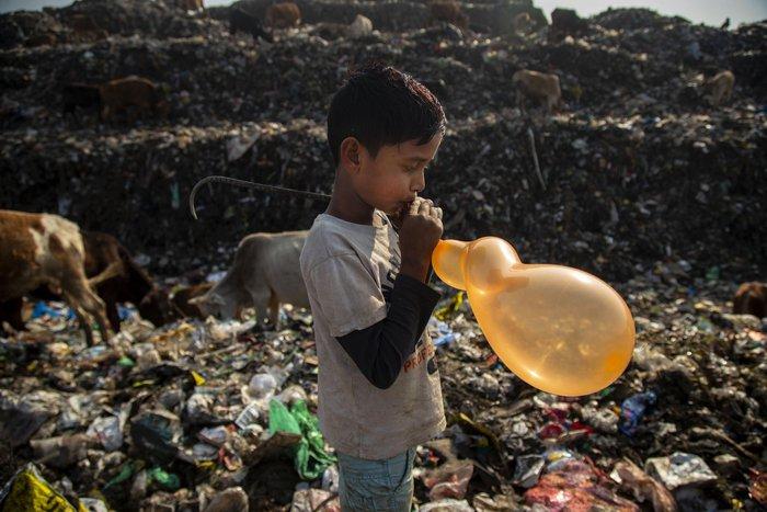 Cuộc sống thường ngày của một cậu bé nhặt rác ở Ấn Độ - Ảnh 17.